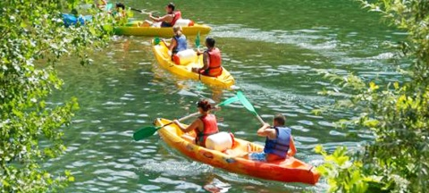 Kayak session in the lake in Les Terres Rouges campsite